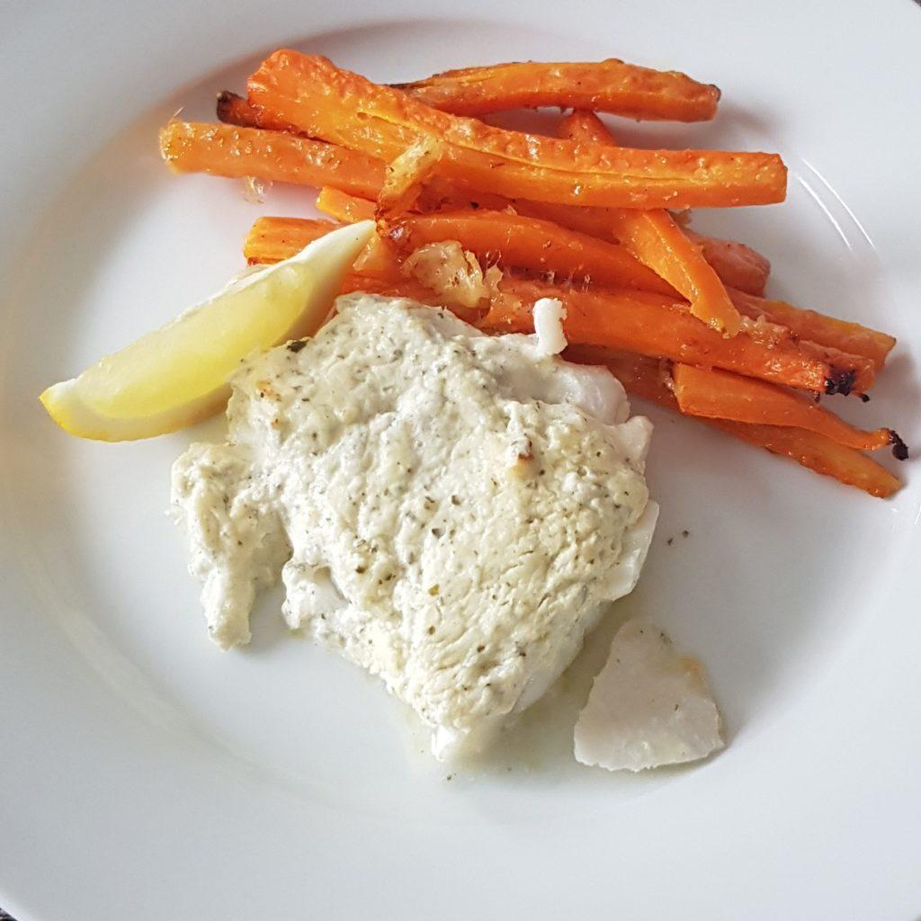 Weisser Frisch mit Frischkäse Kruste und Karotten aus dem Ofen auf weissem Teller